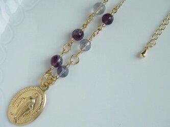 メダイユと天然石のネックレスの画像