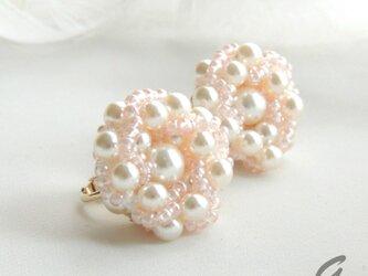 桜のつぼみⅡ: : : ビーズクロッシェイヤリング : : : ホワイト×ピンクの画像