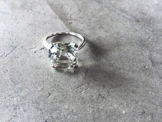 透明感のある1粒の大振りなグリーンアメジストSV925シルバースクエアリング(M044-silver)の画像