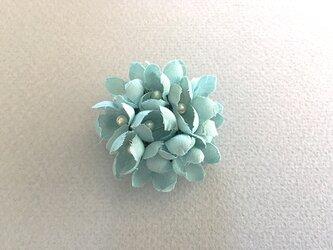 布花とパールのブローチ/ブルーの画像