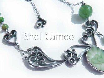ツインハートのシェルカメオのアシメトリーグリーンネックレスの画像