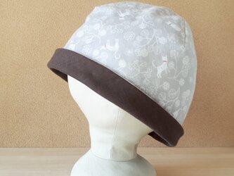 【値下げ】ガーゼのリバーシブル帽子*猫とぽんぽん植物(グレー)×チョコ♡深さ3cm浅いサイズの画像