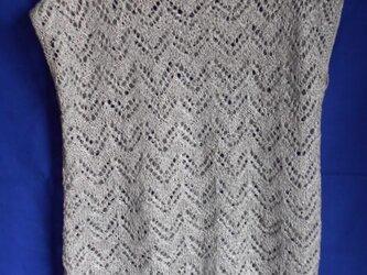 ライトグレーの透かし編みニットの画像