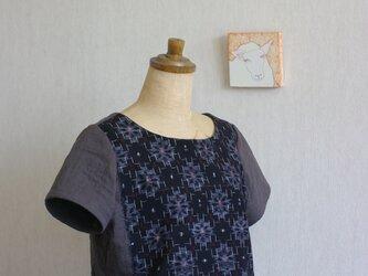 久留米絣とガーゼのTシャツ(黒地に赤い芯の花)の画像