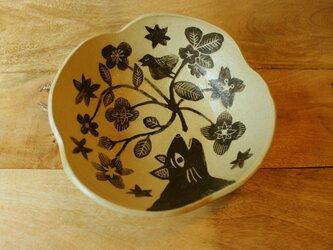 猫と鳥のうたうお皿の画像