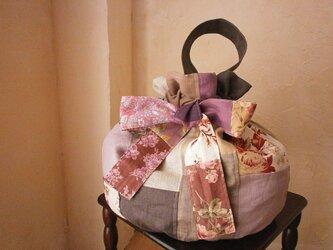 ☆送料無料 リネン 絵画なパッチワーク 優しいアースカラーの フリルリボン 巾着バッグの画像