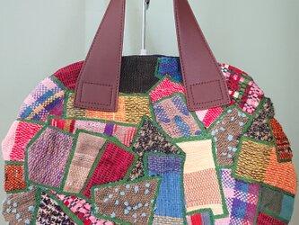 丸型の手織り生地のパッチバッグの画像