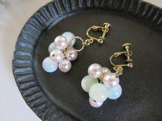 ☆sale☆ほんのり桜色...高瀬貝とパールのたわわなイヤリング ピアス変更可能の画像