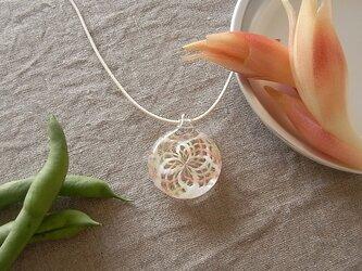 バラ窓のペンダント・みょうがピンク・ガラス製・幾何学模様・透かし模様の画像