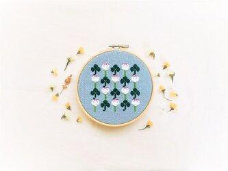 横糸刺繍キット「シロツメクサとクローバー」(木枠付き・針なし)の画像
