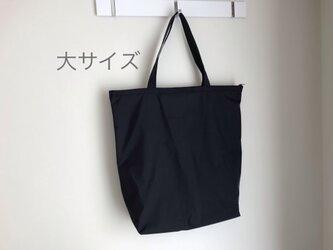 黒のシャカシャカ☆大サイズ☆ファスナー付き超コンパクトになるサブバッグ/ナイロン☆おまけ付の画像
