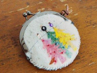 羊毛フェルト刺しゅうのミニがま口ケース(夢のある森)の画像