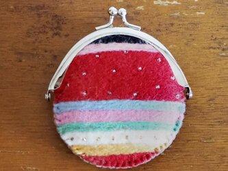 羊毛フェルト刺しゅうのがま口ケース(赤系ストライプ)の画像
