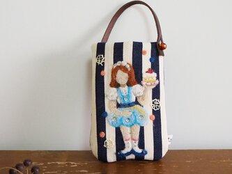 羊毛フェルト刺しゅうのスマホ・デジカメケース(スイーツを運ぶ女の子)の画像