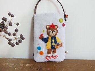 羊毛フェルト刺しゅうのスマホ・デジカメケース(お絵描きするクマ)の画像