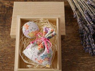祝「令和」【ギフト】桐の小箱ときもの匂い袋・缶バッジセット めでた尽くしの画像
