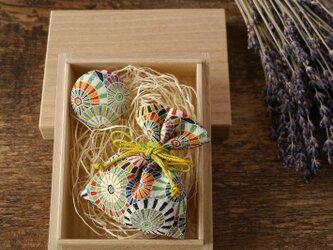 【ギフト】桐の小箱ときもの匂い袋・缶バッジセット 傘文の画像