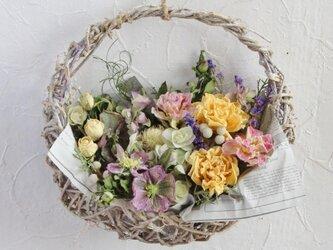 春、幸せの花かごの画像
