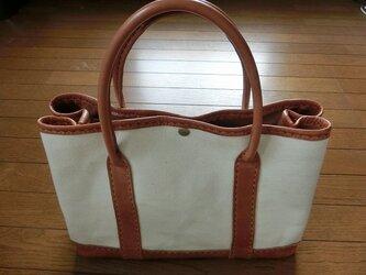 手頃なサイズのトートバッグ 革+帆布3号 手縫い2色ステッチの画像