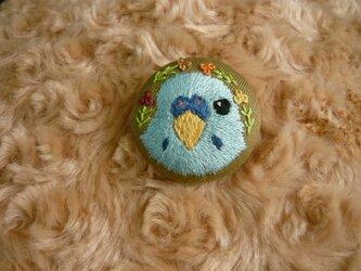 刺繍 セキセイインコ ブローチ くるみボタン 鳥の画像