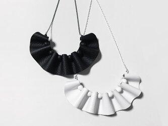 革のフリルネックレスの画像