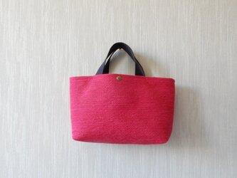 裂き織りのバッグ Mサイズ横長 濃いピンクの画像