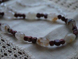 針水晶とレンガ色のネックレスの画像