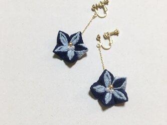 お花のイヤリング【ブルー】の画像
