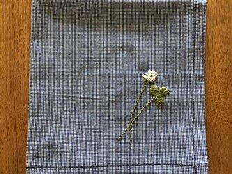刺繍の大判ハンカチ☆シロツメクサの画像