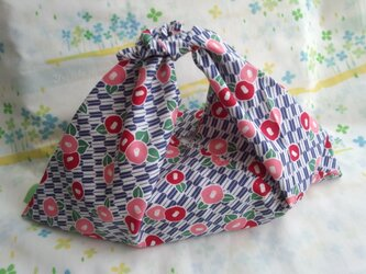 【手縫い】あづま袋☆横32㎝☆矢絣椿レトロモダン柄☆紺色☆お弁当袋・バッグインbag・エコバックの画像