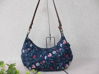 リバティ、紺地に色とりどりの花、クレッセントバッグの画像