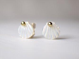 ホワイトシェルの貝殻イヤリング☆14KGFの画像