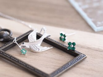 お得な2点set) emerald ツバメ ネックレス&フラワー ピアス セットの画像
