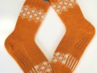 部分編み込みの手編み靴下 (オレンジ&ホワイト) P003の画像