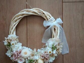 チュールリボンと優しい花々のwreathの画像