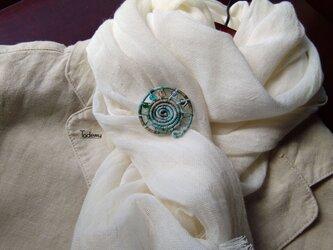 染め糸観覧車ブローチ 綿絹糸 岸辺の青空色の画像