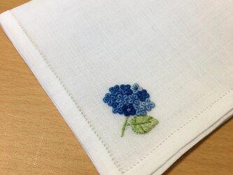 青い本紫陽花|薄手生地の手刺繍ハンカチの画像
