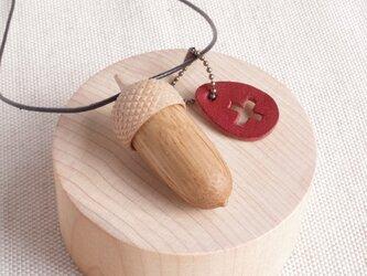 ちょっと大きめ 木彫どんぐり (開閉式・ペンダント) ナラ×メイプルの画像