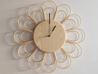 籐とトネリコの大きな時計の画像