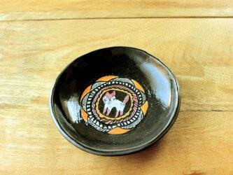 桃色の子猫の小皿の画像