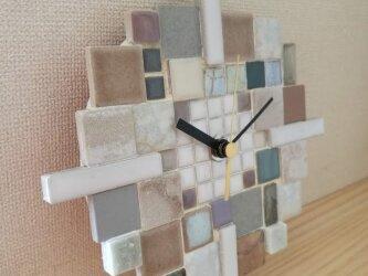 """タイルの掛け時計 """"Yukidoke"""" 1003 ガラス・石・モザイク インテリアウォールクロックの画像"""