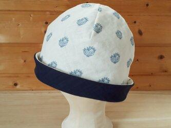【値下げ】ガーゼのリバーシブル帽子*プロバンス風フラワーモチーフ(オフ白地)×ネイビーの画像