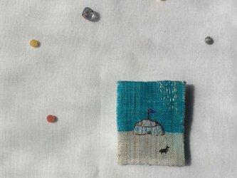 染色と刺しゅう 小さなブローチ 「銀の雨」の画像