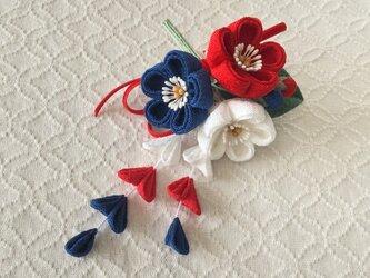 〈つまみ細工〉藤下がり付き梅三輪とベルベットリボンの髪飾り(赤と紺と白)の画像