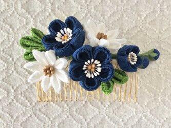 〈つまみ細工〉梅と小菊のコーム(紺と白)の画像