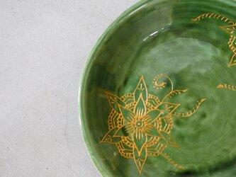 ゴールドの花柄のお皿の画像