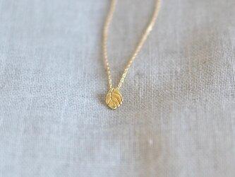 K18片耳ネックレス 小さな葉っぱの画像
