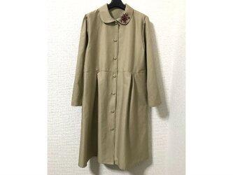 襟刺繍の切替タック単コートの画像