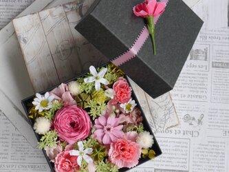 母の日に バラとカーネーションのギフトBOX あざやかピンクの画像