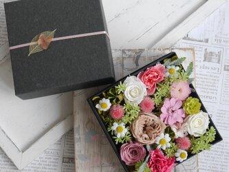 母の日に バラとカーネーションのギフトBOX くすみピンクの画像